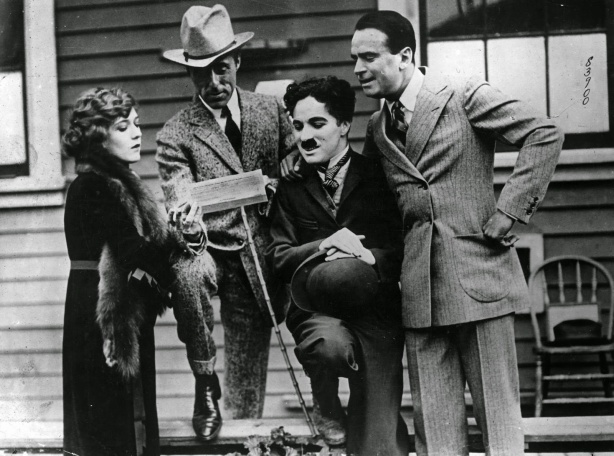 Charlie Chaplin Hanging Out with Famous People (1)